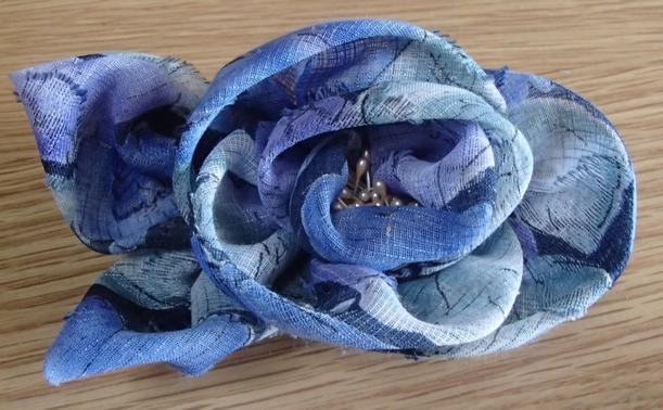 花柄のコサージュ