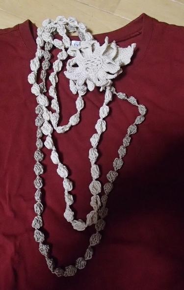 玉編みのネックレス2本とクロッシュレースノブローチ