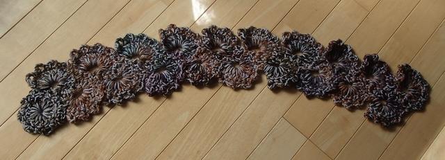 かぎ針編みのミニマフラー