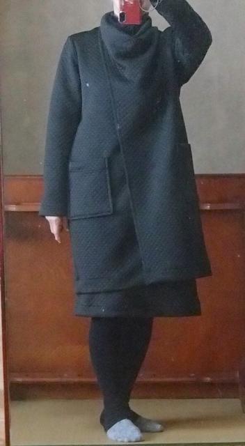 襟を捩じって着るコート