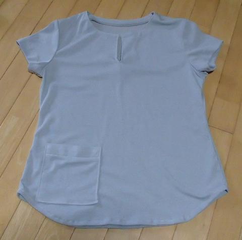 スリットのあるTシャツ